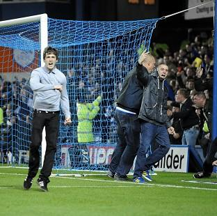Blackpool Citizen: Leeds fans invaded the pitch at Hillsborough on Friday night