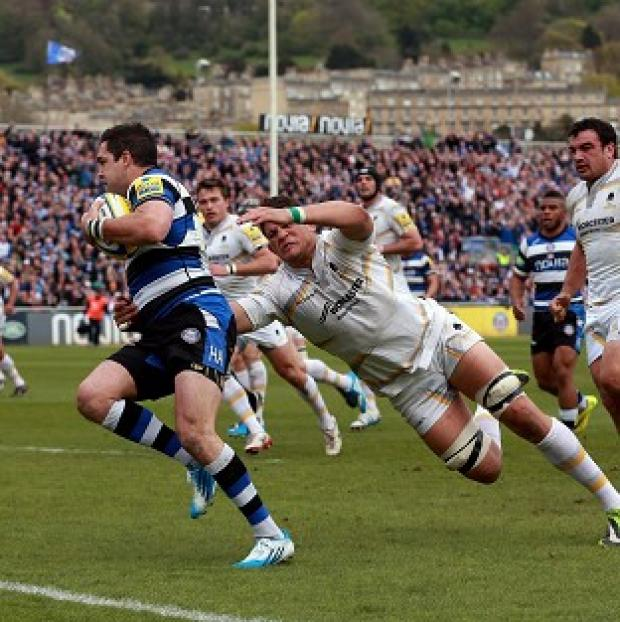 Blackpool Citizen: Bath's Horacio Gulla beats the tackle of Worcester's Mike Williams to score their second try